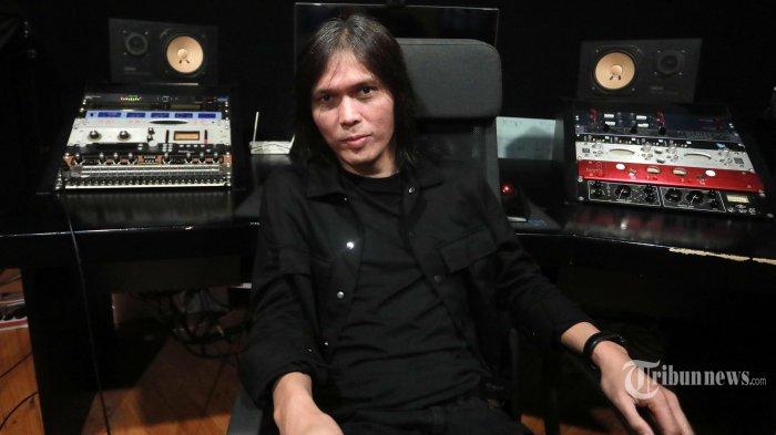 Penyanyi Once Mekel berpose usai wawancara khusus dengan Tribun Network di studio musiknya di kawasan Pondok Indah, Jakarta Selatan, Rabu (23/6/2021). Tribunnews/Irwan Rismawan