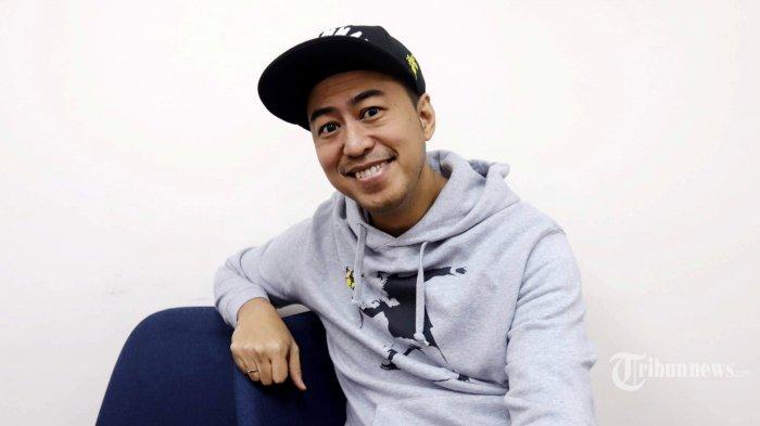 Komika Pandji Pragiwaksono berpose saat wawancara secara khusus dengan Tribun Network di Jakarta, Senin (10/8/2020). Tribunnews/Herudin