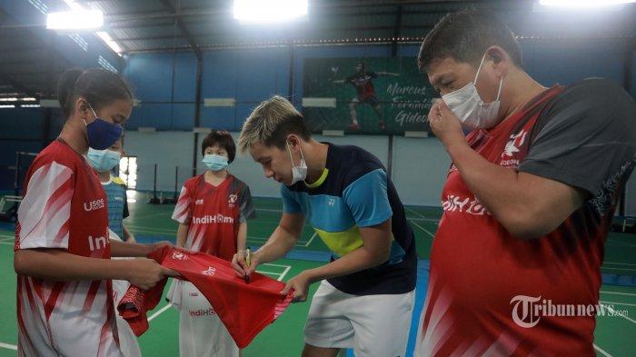Pebulu Tangkis Ganda Putra Indonesia Marcus Fernaldi Gideon menandatangani jersey di Gideon Badminton Hall, Ciangsana, Bogor, Jumat (5/2/2021). TRIBUNNEWS/IRWAN RISMAWAN