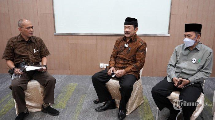Ketua Badan Amil Zakat Nasional (Baznas), Noor Achmad (tengah) saat diwawancarai oleh News Director Tribun Network, Febby Mahendra Putra (kiri) di Jakarta, Minggu (4/4/2021). Tribunnews/Irwan Rismawan