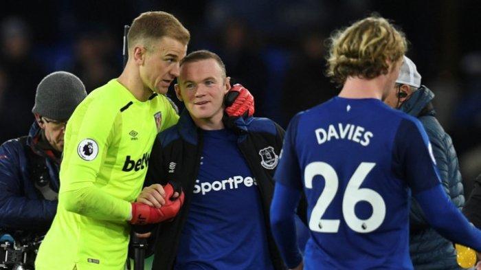Kiper West Ham United, Joe Hart, memberi selamat kepada striker Everton, Wayne Rooney, seusai laga Liga Inggris di Stadion Goodison Park, Liverpool, pada 29 November 2017. PAUL ELLIS/AFP/BOLASPORT.COM