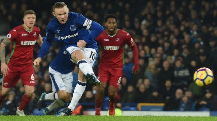 Striker Everton, Wayne Rooney, mengeksekusi tendangan penalti pada laga lanjutan Liga Inggris melawan Swansea City di Goodison Park, Senin (18/12/2017) waktu setempat PAUL ELLIS/AFP/BOLASPORT.COM