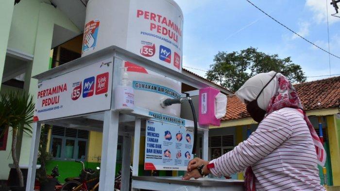 Fasilitas wastafel portabel yang disediakan di Puskesmas dan fasilitas umum oleh Pertamina untuk memudahkan petugas medis dan masyarakat umum mencuci tangan.