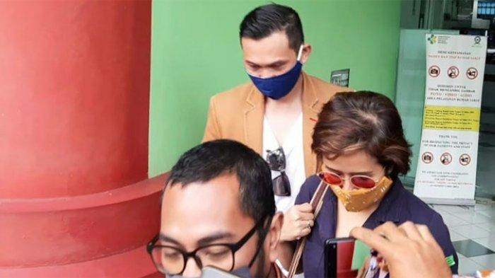 Widi Mulia tiba di RSKO Cibubur, Jakarta Timur, Selasa (9/6/2020). Ia mendampingi suaminya Dwi Sasono yang direhabilitasi.