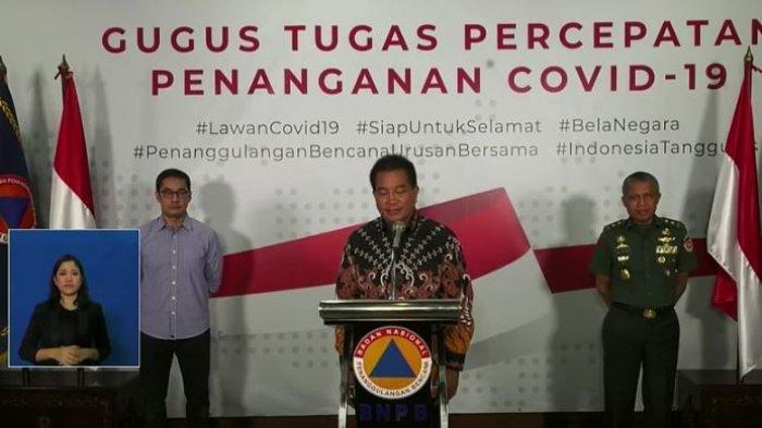 Prof  drh Wiku Adisasmito, M.Sc, Ph.D, Mayjen TNI Dr.dr. Tugas Ratmono, Sp.S., M.A.R.S., M.H. dan Andre Rahadian (Ketua ILUNI) dalam konferensi pers di Gedung BNPB, Minggu (22/3/2020).