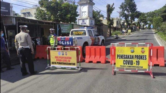 Salah satu ruas jalan di Kota Pematangsiantar di Jalan Ahmad Yani disekat pada Kamis (12/8/2021). Kota Pematangsiantar masuk wilayah PPKM Level 4.