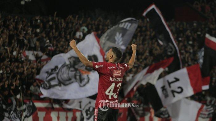 Pemain Bali United, Willian Pacheco melakukan selebrasi usai mencetak gol ke gawang tim Barito Putra dalam pertandingan Liga 1 pekan ke-25 di Stadion I Wayan Dipta, Gianyar, Minggu (27/10). Bali United menang 3-2. (Tribun Bali/Rizal Fanany)
