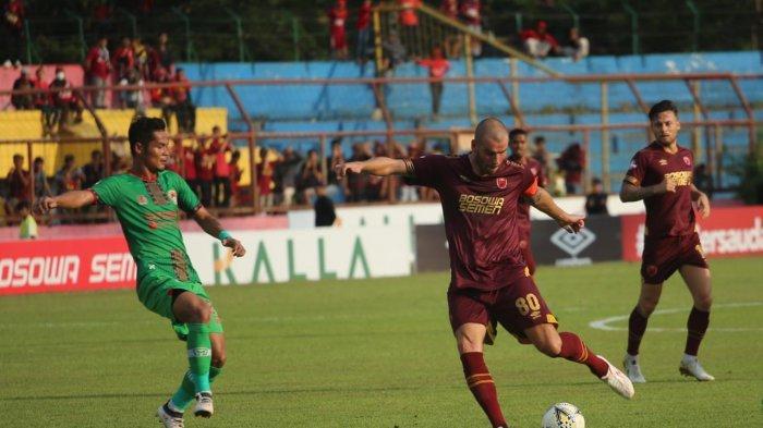 Willian Pluim menendang bola saat melawan Kalteng Putra, Rabu (6/11/2019)
