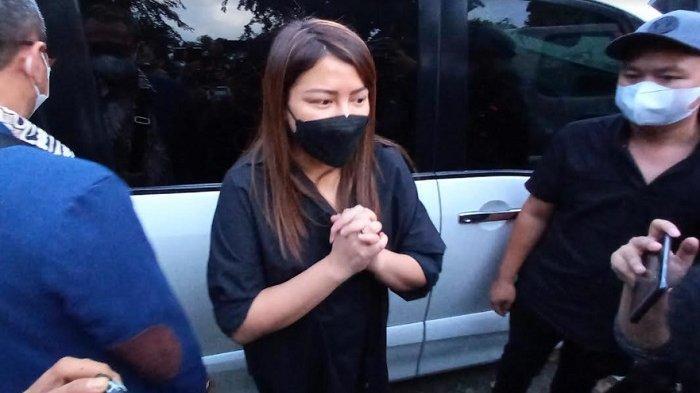 Wina Natalia menyambangi Polres Metro Jakarta Barat, Rabu (16/6/2021). Ia hendak menjenguk suaminya, Anji Manji.