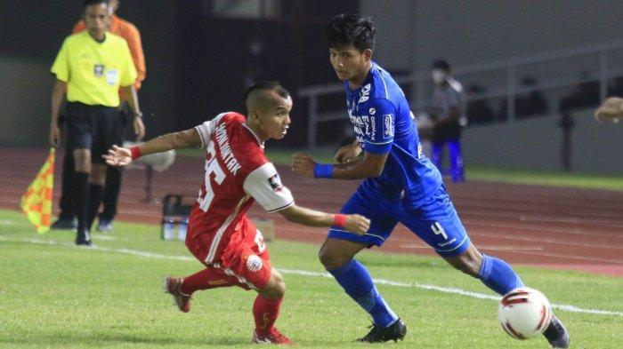 Winger Persija Jakarta, Riko Simanjuntak (kiri) berduel dengan pemain bertahan Persib Bandung, Bayu Fiqri pada final Piala Menpora 2021 di Stadion Manahan, Solo, Minggu (25/4/2021).