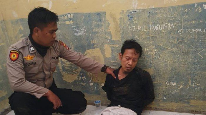 Seorang pelaku bernama Syahril Alamsyah saat dibekuk polisi karena telah menusuk Wiranto di Alun-alun Menes, Pandeglang, Banten, Kamis (10/10/2019).