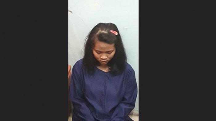 Seorang pelaku bernama Fitri Andriana saat diamankan polisi terkait penusukan Wiranto di Alun-alun Menes, Pandeglang, Banten, Kamis (10/10/2019).