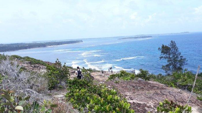 Beberapa wisatawan menikmati wisata Tanjung Datok di ujung timur laut Natuna tepatnya di desa Pengadah, Kecamatan Bunguran Timur Laut Kabupaten Natuna. Lokasi ini bisa ditempuh dengan jarak 60 km dari Kota Ranai, Natuna.