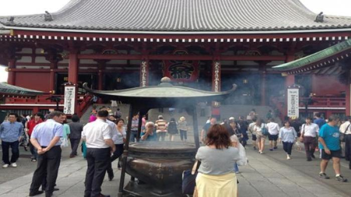 Daerah wisata Asakusa Tokyo dengan kuil terkenalnya, Sensoji di Tokyo, paling ramai dikunjungi wisatawan atau turis dari berbagai negara termasuk dari Indonesia.