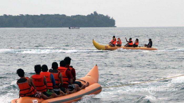 Wisatawan bermain banana boat di sekitar Pulau Perak di Kawasan Kepulauan Seribu, Jakarta, Sabtu (5/11/2016). Kawasan Kepulauan Seribu menjadi salah satu destinasi warga Ibukota dalam mengisi waktu libur. TRIBUNNEWS/IRWAN RISMAWAN