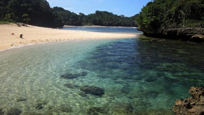 Pantai Kedung Celeng, Malang.
