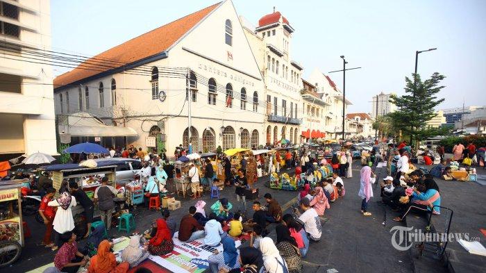 Suasana kawasan Kali Besar Kota Tua Jakarta yang dipenuhi warga untuk mengisi liburan lebaran, Kamis (6/6/2019). Kawasan Kali Besar yang direvitalisasi terinspirasi dari penataan Sungai Cheonggyecheon di Korea Selatan itu, menjadi destinasi wisata murah selain Museum Fatahillah. TRIBUNNEWS/HERUDIN