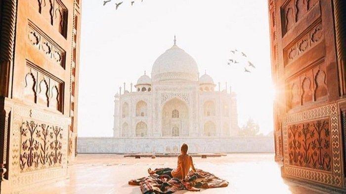 Wisatawan berfoto di depan Taj Mahal