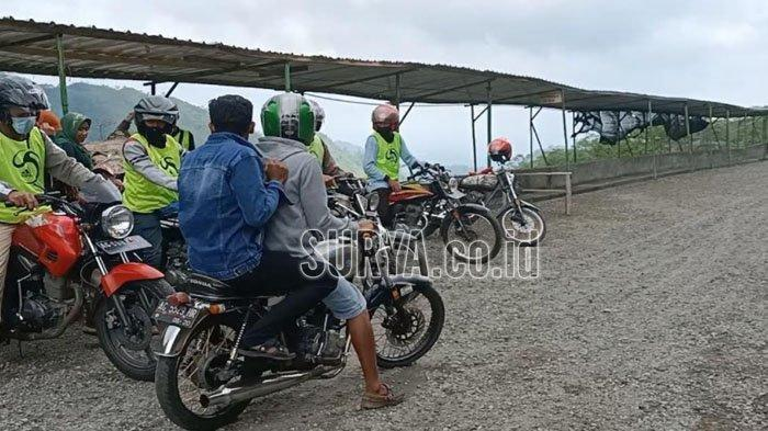 Wisatawan Gunung Kelud menaiki ojek di Gunung Kelud Kabupaten Kediri.