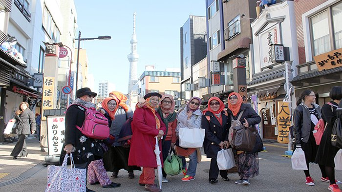 Wisatawan Indonesia berpose dengan latar belakang Sky Tree di Asakusa Tokyo Jepang.