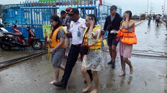 Wisatawan penumpang kapal yang berhasil diselamatkan tiba di Pelabuhan Labuan Bajo, Sabtu (4/1/2020).