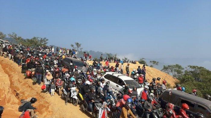 Suasana di Gunung Luhur yang dijuluki Negeri di Atas Awan Lebak Banten pada Minggu (22/9/2019). Pasca viral di medsos kunjungan wisatawan membludak hingga terjadi kemacetan 7 km.