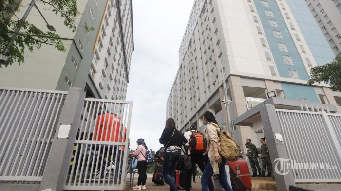 Pekerja migran Indonesia (PMI) dan warga negara Indonesia (WNI) yang baru tiba akan melakukan karantina di Wisma Atlet C2 Pademangan Jakarta, Sabtu (26/9/2020). Sebagai langkah mengantisipasi flat isolasi mandiri di Wisma Atlet, Kemayoran, Jakarta Pusat mengalami kehabisan tempat OTG, Satuan Tugas Gabungan Rumah Sakit Darurat (RSD) Covid-19 mempersiapkan satu tower Wisma Atlet Pademangan yang terdiri dari 18 lantai dan mampu menampung sekitar 1. 500 pasien. TRIBUNNEWS/HERUDIN