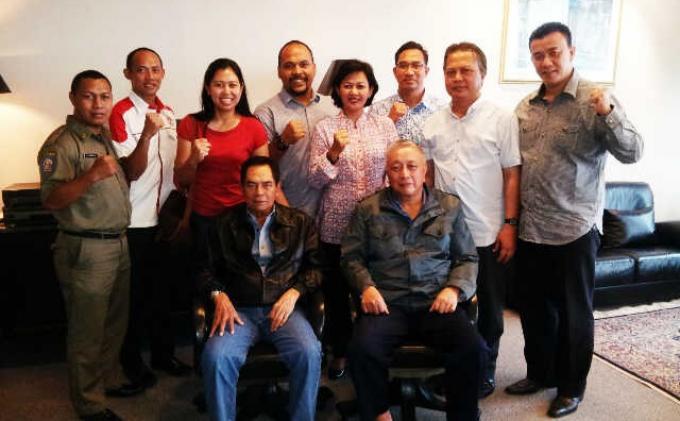 Wismoyo Arismunandar (duduk kiri), Rudolf Warouw (duduk kanan) dan pengurus IOA
