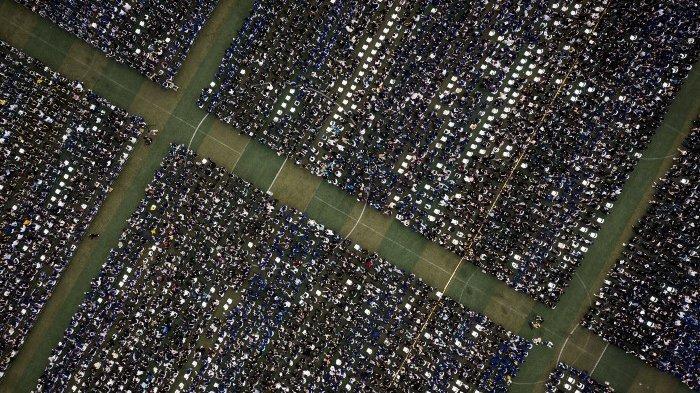 Foto udara yang diambil pada 13 Juni 2021 ini memperlihatkan hampir 11.000 wisudawan, termasuk lebih dari 2000 mahasiswa yang tidak dapat menghadiri upacara wisuda tahun lalu karena wabah virus corona Covid-19, menghadiri upacara wisuda di Central China Normal University di Wuhan, di Provinsi Hubei tengah China.