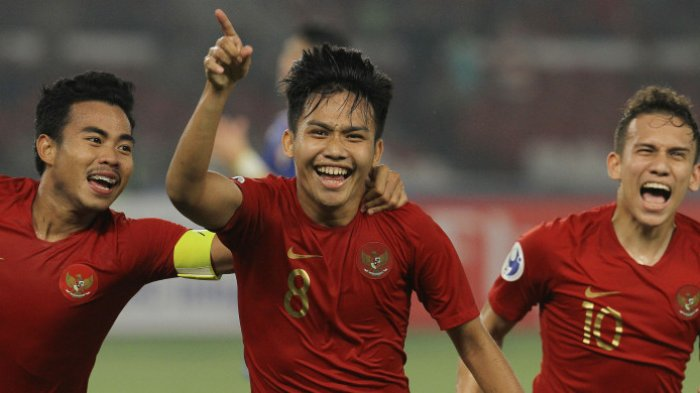 Witan Sulaeman (tengah) selebrasi gol bersama Nurhidayat Haji Haris dan Egy Maulana Vikri. Timnas U-19 Indonesia menang 3-1 atas Timnas U-19 Taiwan dalam laga perdana Grup A Piala Asia (Piala AFC) U-19 2018 di Stadion Utama Gelora Bung Karno, Senayan, Jakarta, Kamis (18/10/2018) malam WIB.