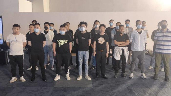 Puluhan warga Fouchou, China yang masih tertahan di Terminal 3 Bandara Soekarno-Hatta selama 24 jam karena pemeriksaan dokumen penerbangan, Jumat (7/5/2021).