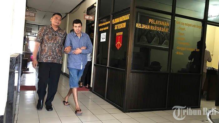 Satu tersangka digiring petugas Polres Tabanan, Selasa (30/7/2019). Adapun tiga WNA ditangkap polisi atas laporan hipnotis di wialayah Desa Baturiti. Tribun Bali/Made Prasetia Aryawan