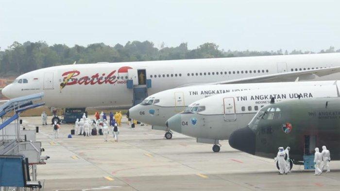 Sejumlah WNI dari Wuhan turun dari Pesawat Batik Air di Bandara Hang Nadim, Batam, Minggu (2/2/2020) pagi