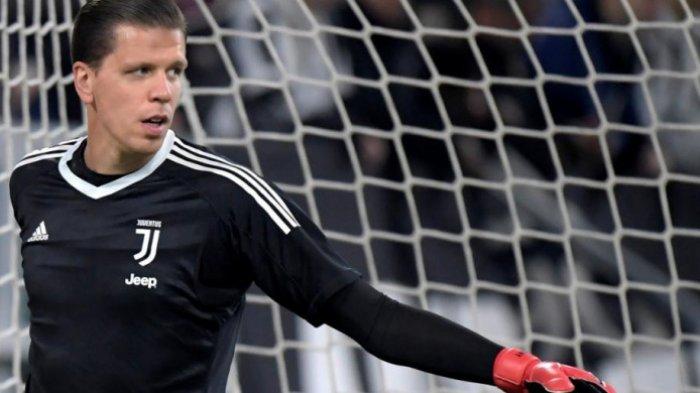 Kiper kedua Juventus, Wojciech Szczesny, melakukan pemanasan menjelang duel Liga Italia kontra SPAL di Allianz Stadium Turin, 25 Oktober 2017.