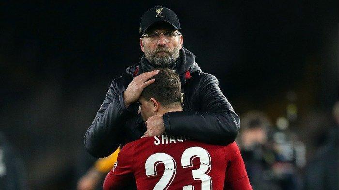 Pelatih Liverpool, Juergen Klopp memeluk pemainnya, Xherdan Shaqiri usai timnya kalah melawan Wolverhampton Wanderers pada laga babak ketiga Piala FA di Molineux Stadium, Selasa (8/1/2019) dini hari WIB.