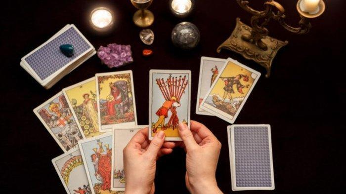 Tak Hanya untuk Mengenal Diri Sendiri, Membaca Tarot dan Zodiak juga Bisa Bantu Orang Lain