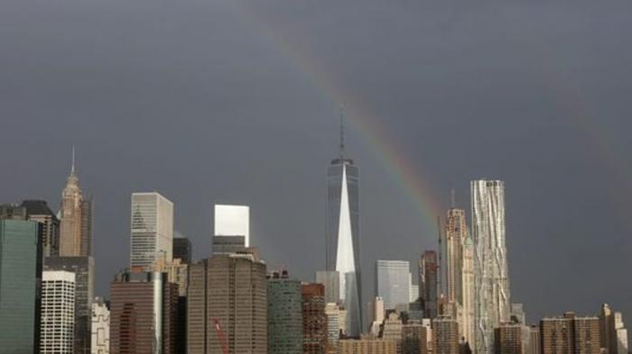 Penampakan pelangi menjelang 14 tahun peristiwa 9/11, di atas gedung 1 World Trade Center, Manhattan, New York, Kamis (10/9/2015).