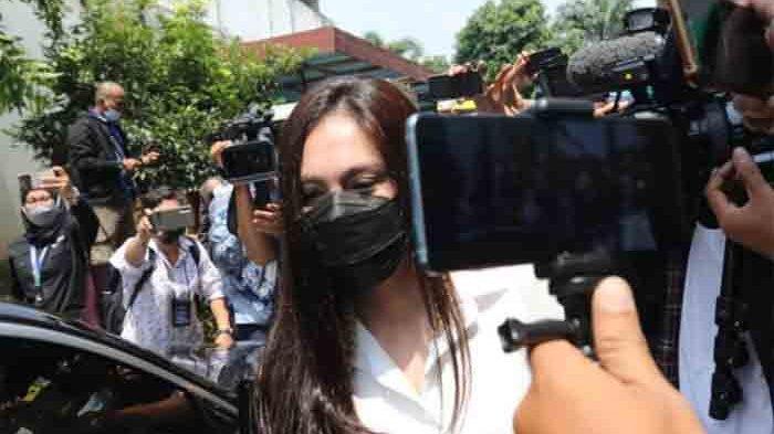 Wulan Guritno ditemui media usai menjalani sidang cerai diPengadilan Agama Jakarta Selatan, Pasar Minggu, Jakarta Selatan, Kamis (18/3/2021).