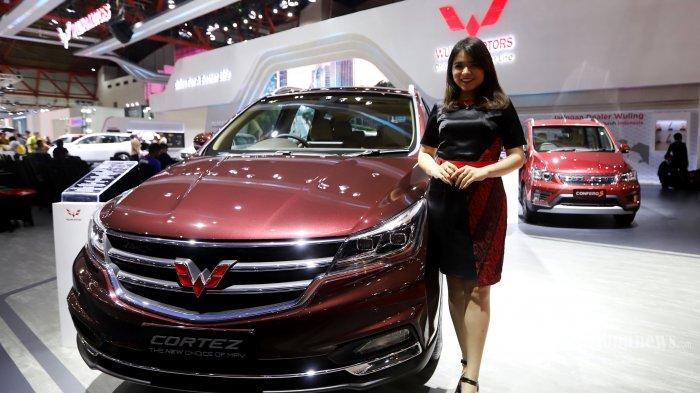 Sales Promotion Girls (SPG) saat berfoto didepan mobil Wuling pada ajang pameran otomotif Indonesia International Motor Show (IIMS) 2019 di JIExpo Kemayoran, Jakarta Utara, Kamis (25/4/2019). Wuling Motors membawa dua andalan barunya, pertama adalah sebuah small MPV Wuling Confero S yang mengusung fitur baru transmisi pintar ACT (Automated Clutch Transmission) dan medium MPV Wuling Cortez CT yang dilengkapi dengan Turbocharger.(Tribunnews/Jeprima)