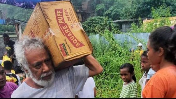 Xanana Gusmao saat turun langsung membantu korban banjir dan tanah longsor di Dili, Timor Leste, pada Sabtu-Minggu (3-4 April 2021). (Sumber: FACEBOOK MARIANO COSTA)