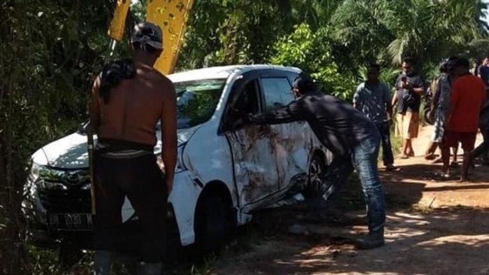 TRIBUN MEDAN/HO Warga melihat kondisi mobil yang alami kecelakaan tunggal Desa Sei Nodaris, Kecamatan Panai Tengah, Kabupaten Labuhanbatu, Senin (31/5/2021). Empat orang meninggal dunia akibat kecelakaan ini. (TRIBUN MEDAN/HO)