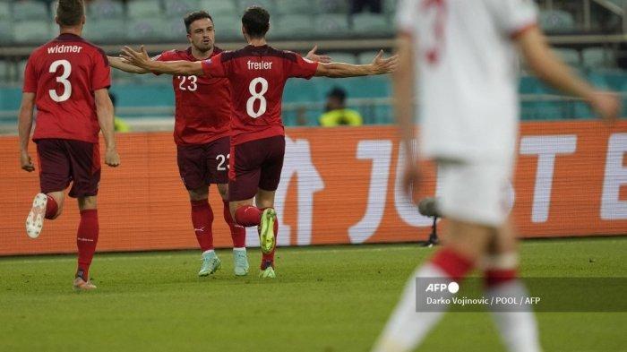 Gelandang Swiss Xherdan Shaqiri (tengah) merayakan mencetak gol kedua timnya dengan rekan satu timnya selama pertandingan sepak bola Grup A UEFA EURO 2020 antara Swiss dan Turki di Stadion Olimpiade di Baku pada 20 Juni 2021.