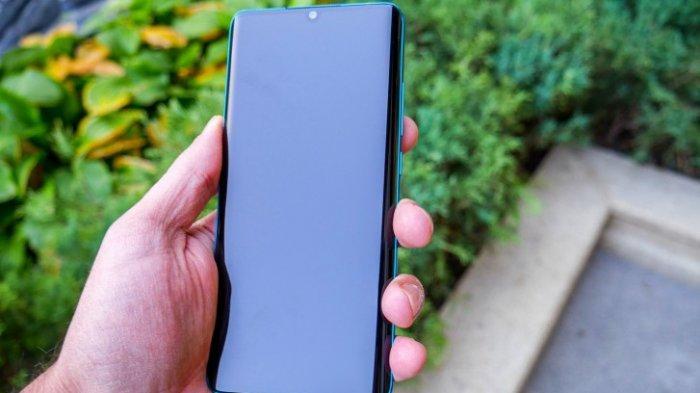 Ilustrasi menggenggam ponsel