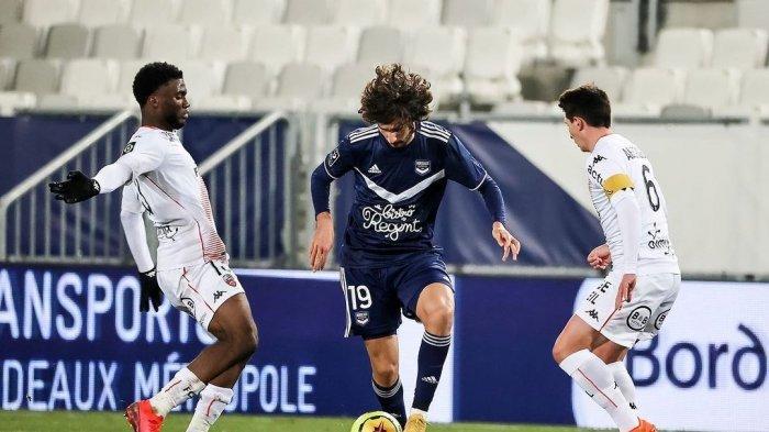 Yacine Adli mencoba untuk melewati hadangan dua pemain lawan dalam sebuah pertandingan