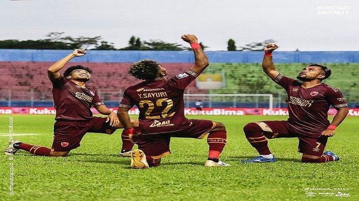 Pemain PSM Makassar, Yakob Sayuri bersama dua rekannya melakukan selebrasi setelah mencetak gol di Piala Menpora 2021.