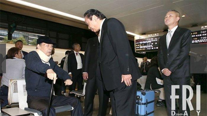 Orang nomor dua mafia terbesar Jepang (yakuza) Yamaguchigumi, Kiyoshi Takayama, 72 (kiri) Wakagashira Yamaguchigumi, menunggu perjalanan Shinkansen di stasiun Shinagawa menuju Nagoya tanggal 18 Oktober 2019, dan Yasuo Takagi Wakil Wakagashira Yamaguchigumi.