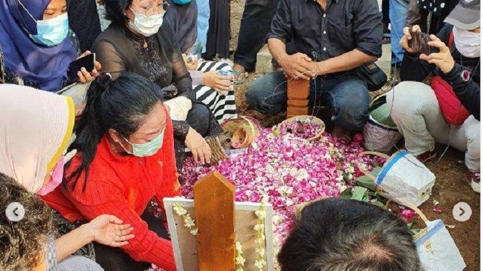 Yan Vellia (mengenakan baju merah) di pemakaman Didi Kempot