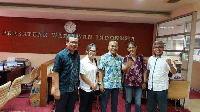 Atal S Depari (tengah) yang didampingi Direktur Kerjasama Wartawan ASEAN, Dar Edi Yoga dan anggota Komisi Pendidikan Nurcholish MA Basyari, mendukung dan mengapresiasi rencana Yanni Krishnayanni (no 2 dari kanan) untuk keliling Indonesia dengan menggunakan motor serta mendaki 7 puncak tertinggi Indonesia bersama tim JKW-PWI.