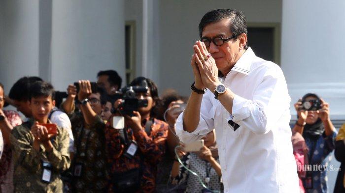 Mantan Menkumham Yasonna Laoly tiba di Kompleks Istana Kepresidenan, Jakarta, Selasa (22/10/2019). Menurut rencana, presiden Joko Widodo akan memperkenalkan jajaran kabinet barunya kepada publik hari ini usai dilantik Minggu (20/10/2019) kemarin untuk masa jabatan periode 2019-2024 bersama Wakil Presiden Ma'ruf Amin. TRIBUNNEWS/IRWAN RISMAWAN