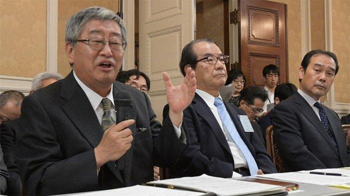 Paling kiri Yasuo Suzuki, Wakil Presiden senior Japan Post, yang juga mantan Sekretaris Kementerian Dalam Negeri dan Komunikasi